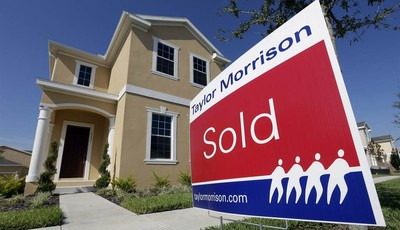 """In this Wednesday, Sept. 26, 2012,  photo a""""sold"""" sign sits outside a new home at the Winthrop subdivision in Riverview, Fla. Average U.S. rates on fixed mortgages fell to fresh record"""