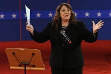 -                Moderator Candy Crowley talks to the audience before the second presidential debate at Hofstra University, Tuesday, Oct. 16, 2012, in Hempstead, N.Y. (AP Photo/Charlie Neibergall)
