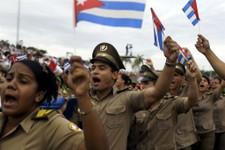 -                Soldados gritan consignas revolucionarias y portan banderas de Cuba en la marcha anual por el Día del Trabajo en la Plaza de la Revolución en La Habana, Cuba, el miércoles 1 de mayo de