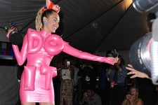 Miley Cyrus Tells Non-Hillary Suppoters to Kiss Her Rear, Wants to Do Yoga With Hillary Clinton