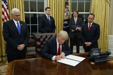 Trump Signs Slew of Executive Orders Rejecting TPP, Institutes Federal Hiring Freeze