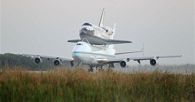 Space shuttle Discovery salutes nation's capital