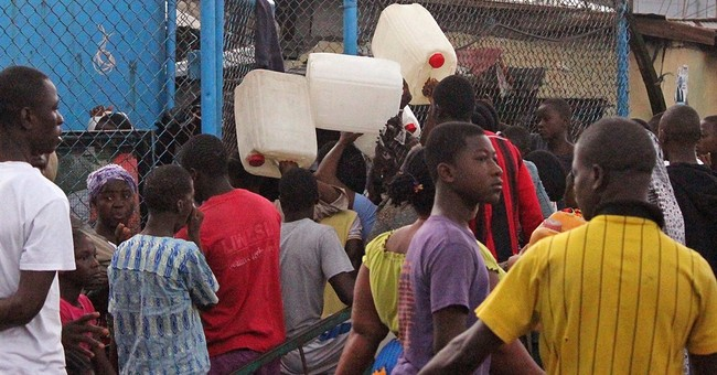 Liberia gives food in slum sealed to stop Ebola