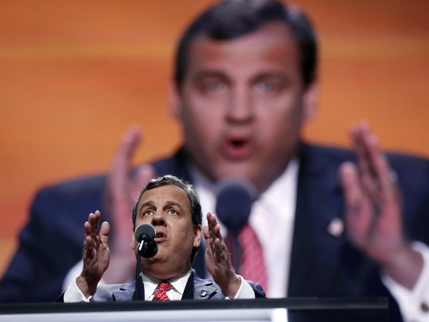 "Chris Christie Holds Mock Court For Hillary Clinton, Crowd Chants ""Lock Her Up"""