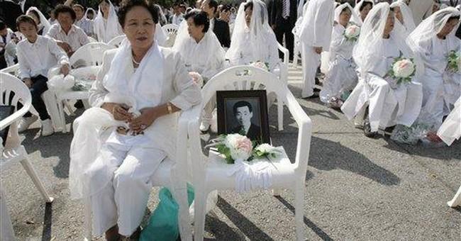 Rev. Moon marries thousands in mass wedding
