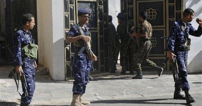 Hundreds flee Yemeni assault on al-Qaida fighters