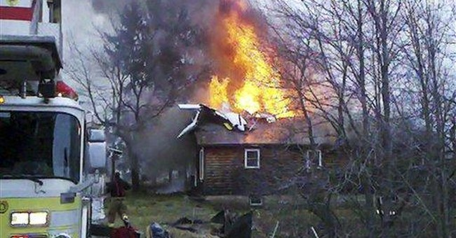 Small plane crashes into Maine house; 1 dead