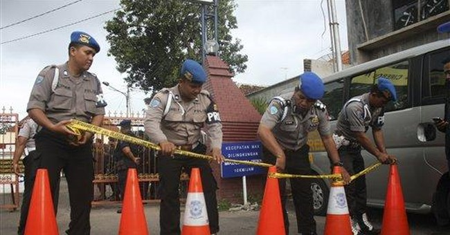 Suicide bomber hits Indonesian mosque, wounds 28