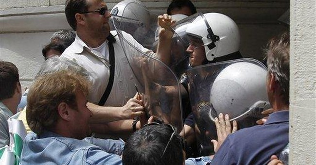 Greece: Police clash with doctors