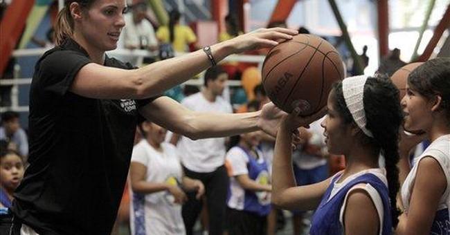 NBA player Vasquez teaches Venezuelan kids