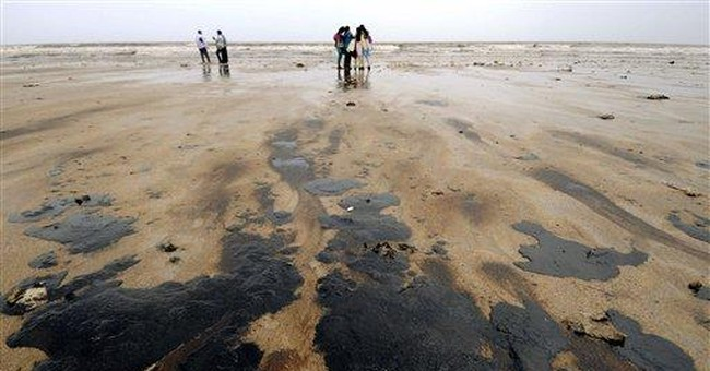 India coast guard cleaning oil spill off Mumbai