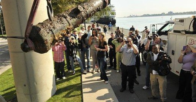 Dive team retrieves old cannon from Detroit River