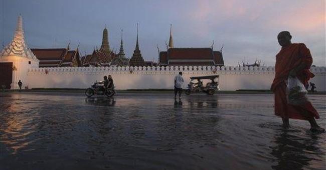 Thousands leave flood-surrounded Thai capital