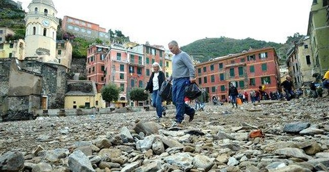 Italy: Search for survivors in mud-filled villages
