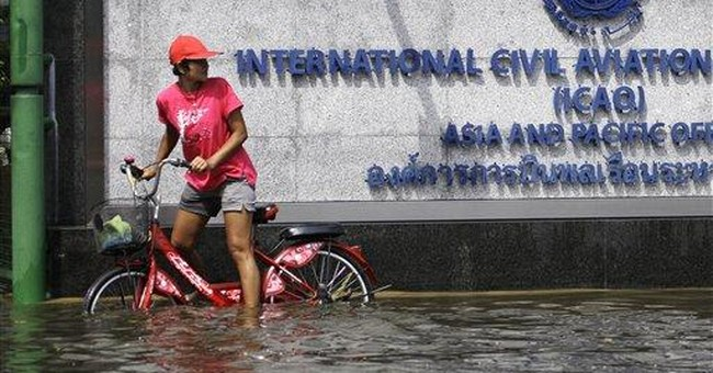 Floodwaters close in on heart of Thai capital