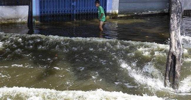 Clinton sees flood evacuees on quick Thailand trip