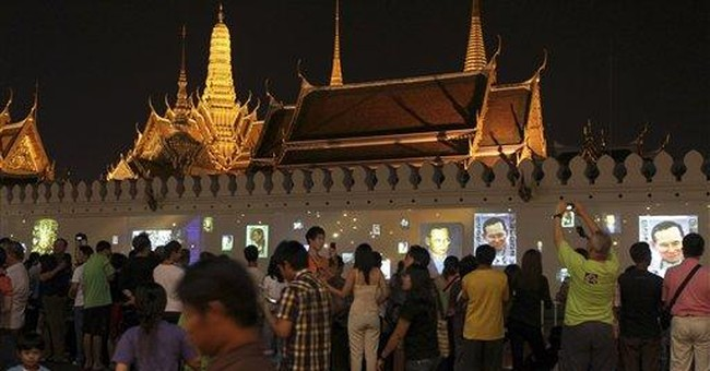 Thai king, 84, calls for unity amid flood crisis