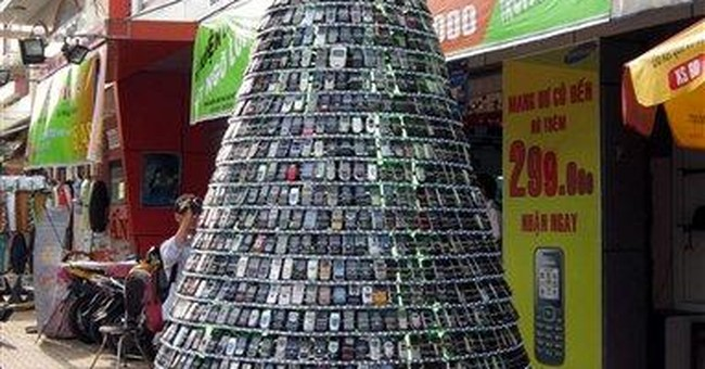 Vietnam store makes Christmas tree from cellphones