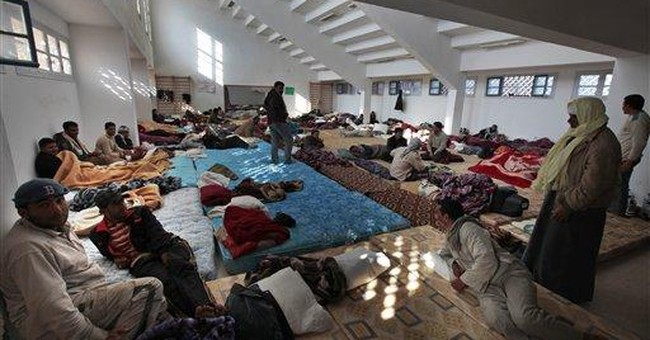 Thousands flee Libya at chaotic Tunisian border
