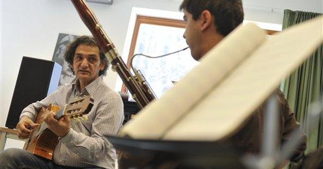 Hungarian jazz great guides young Roma musicians