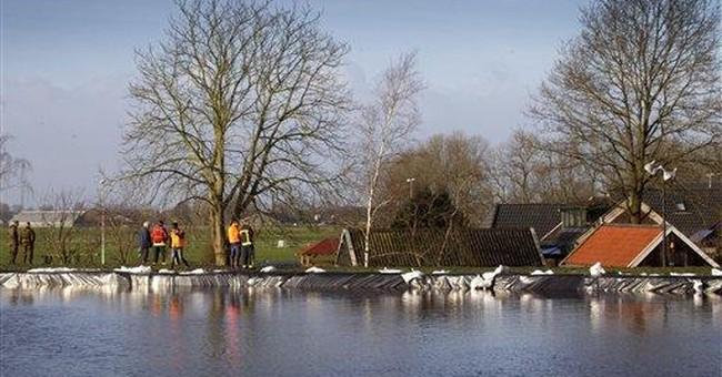 Hundreds evacuated amid Dutch dike break fears