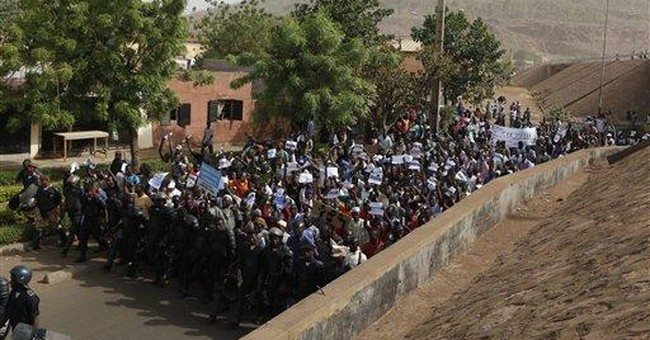 Thousands march in Mali streets to support junta