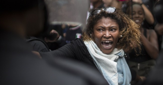 Residents of conflictive Rio slum stage protest