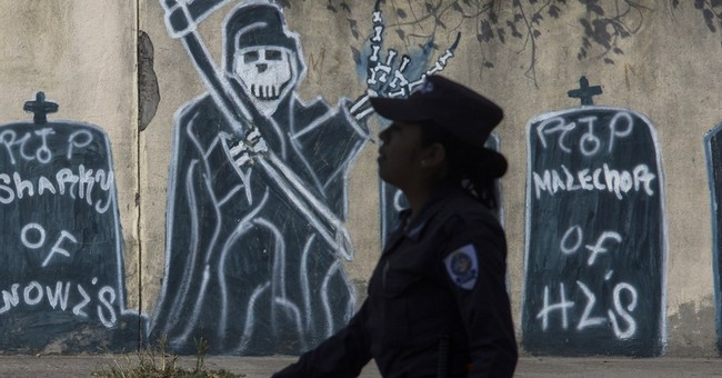 Official: Salvadoran gangs buying automatic rifles