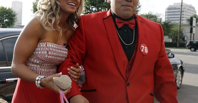 Twitter proposal brings Texans cheerleader to prom