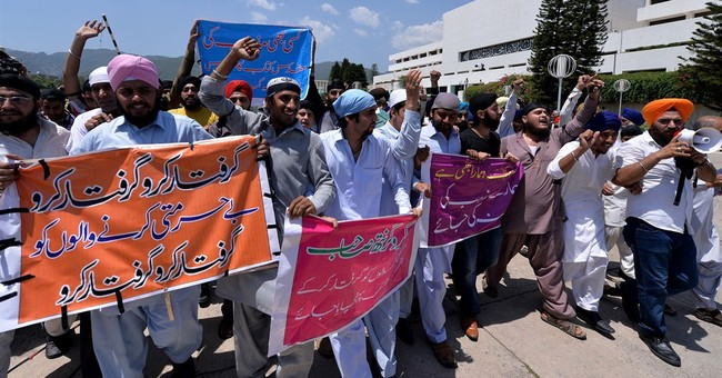 Protesting Sikhs push into Pakistan parliament