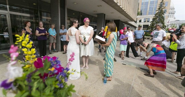 Hundreds of couples rush to marry in Wisconsin