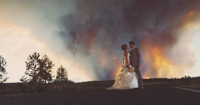 Wildfire sparks amazing wedding photo in Oregon