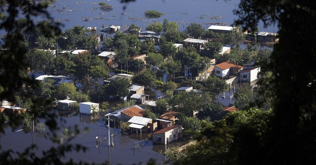 Thousands flee floods in World Cup host city