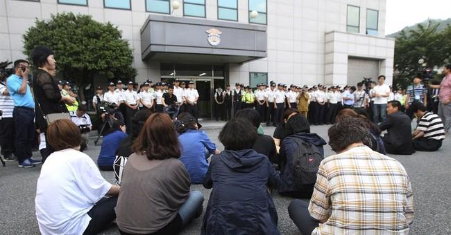 South Korean ferry crew face hostile crowd, judges