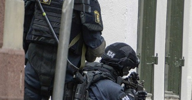 Stockholm old town shut down in bomb scare