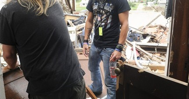Bret Michaels lends a hand at stricken town