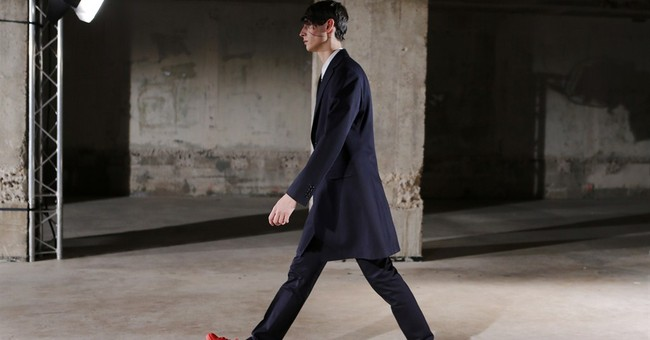 Seth Meyers starts Paris fashion week with giggles