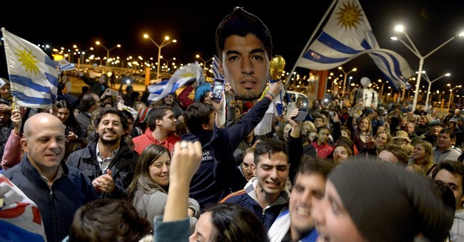 Uruguayan fans wait fruitlessly for banned Suarez