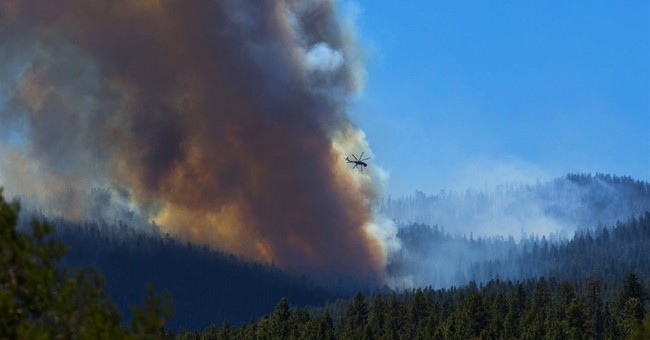 Tourists, residents evacuate near Arizona wildfire