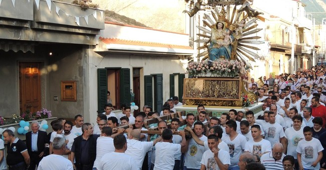 Church parade past Mafia home a challenge to pope