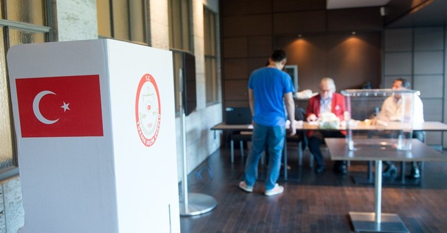 Expat Turks begin voting in presidential elections