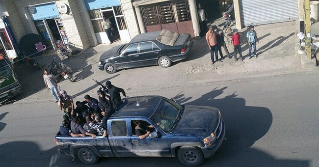 Syria rebels raid Lebanese town, capture troops