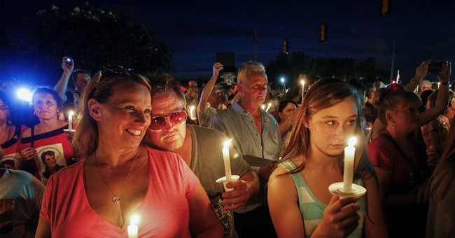 Candlelight vigil marks Elvis' death in Memphis