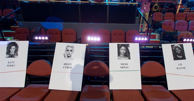 Nicki Minaj, Ariana Grande kick off MTV VMAs