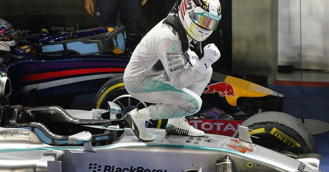 Hamilton wins in Singapore, takes F1 title lead
