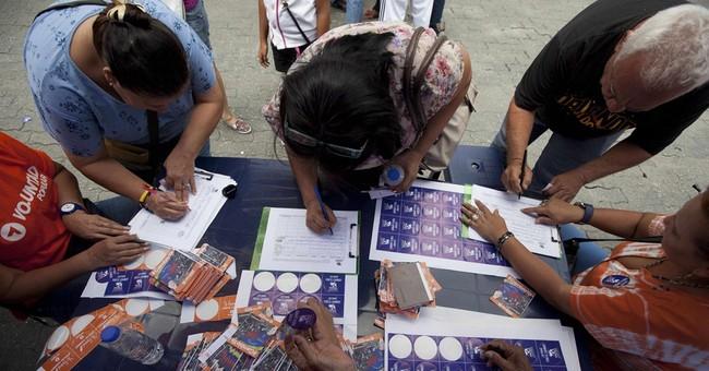 Venezuelans gather signatures against Maduro