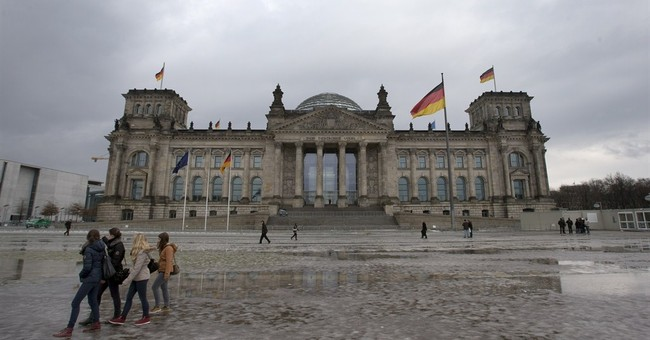 Molotov cocktail throw at Berlin's Reichstag