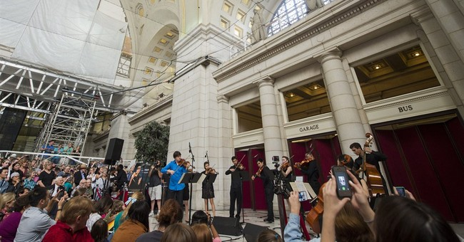 Famed violinist plays do-over at DC train station