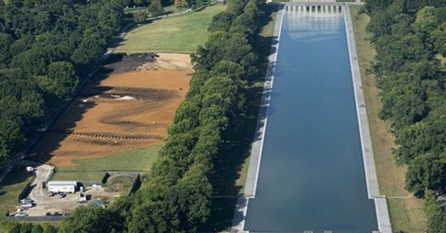 Artist creates huge dirt portrait on National Mall