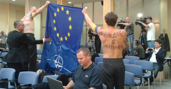 Activists interrupt Czech government briefing